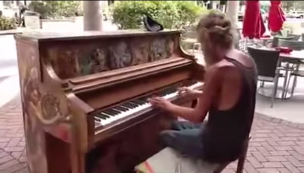 VÍDEO: Indigente conmueve al tocar el piano en plena calle
