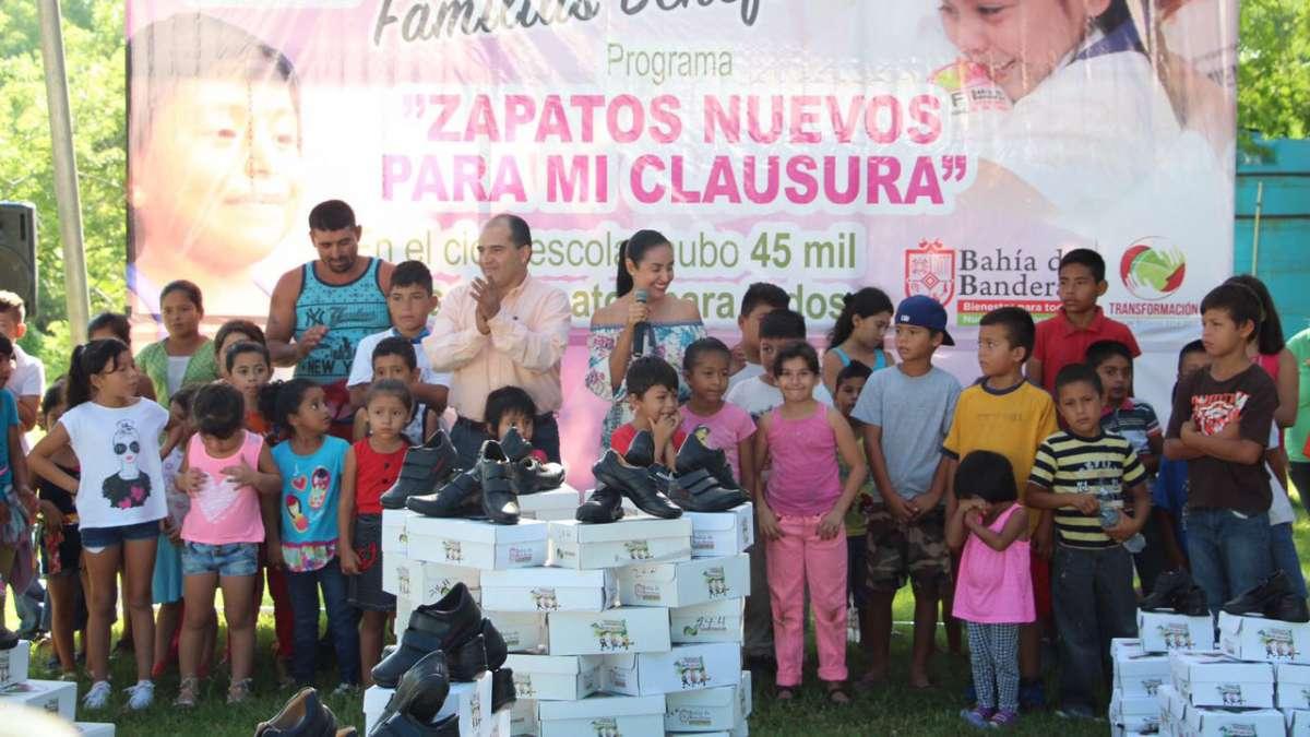 eeec571ae8 Los apoyos fueron entregados por José Gómez, alcalde de Bahía de Banderas y  Monserrat Peña, presidenta del DIF Municipal.