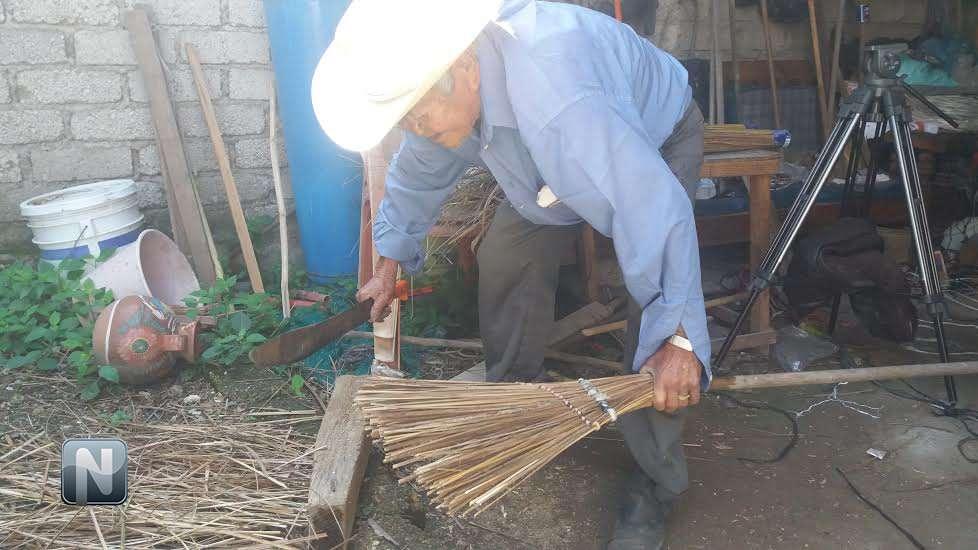 A don catarino la edad no lo detiene a sus 92 a os fabrica escobas para ganarse la vida - Escobas de palma ...