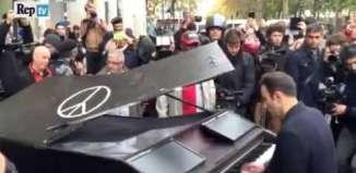 """Il amène son piano près du Bataclan et joue """"Imagine"""" de J. Lennon"""