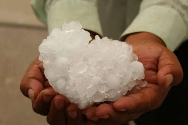 Un juarense muestra enorme trozo de hielo formado con el granizo de la tormenta